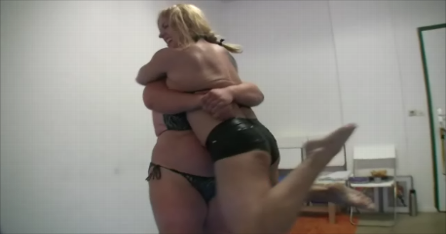 Anna Konda vs Female Bodybuilder Shawna Pierce Bearhug Knockout