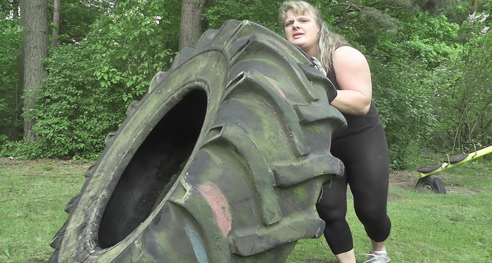 Anna Konda Strongwoman Tireflip